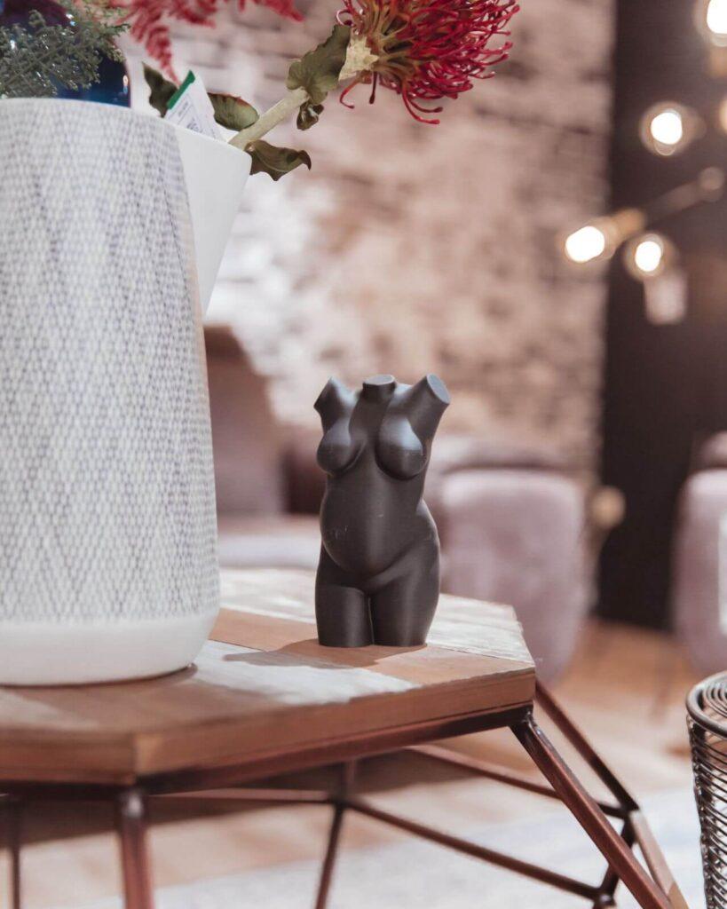 Buikbeeld - kunststof - grijs